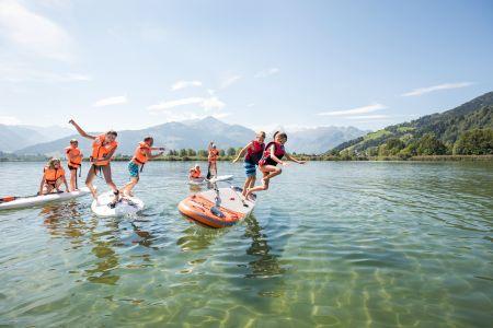 Kinder beim Surfen am See